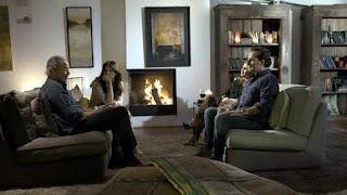 En el salon de casa con Iker y Carmen