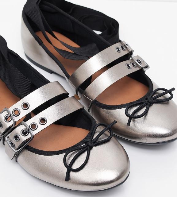 19bb78c440d A sapatilha bailarina vai bem com calça jeans mais curta ou dobrada na  barra (assim as amarrações não ficam comprometidas!)