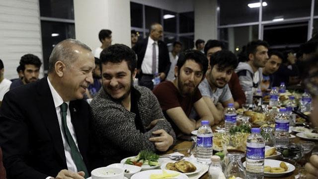 Pelawa Erdogan Bersahur Bersama, Pelajar Terkejut Presiden Itu Betul-betul Datang