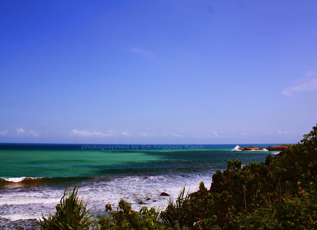 Foto Pantai pinggir jalan
