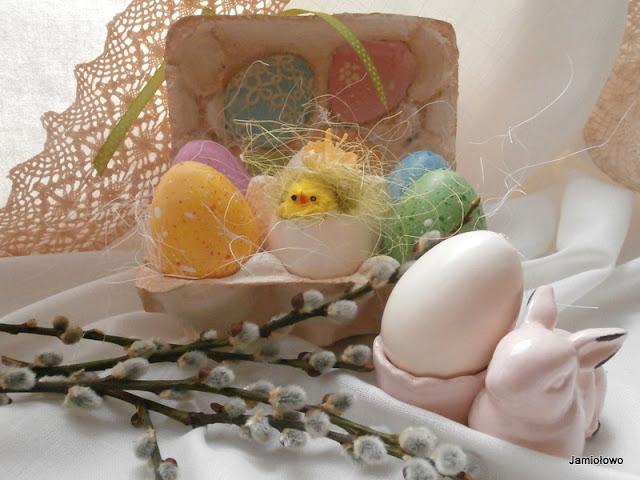 kolorowe stroiki z jajkami na wielkanoc