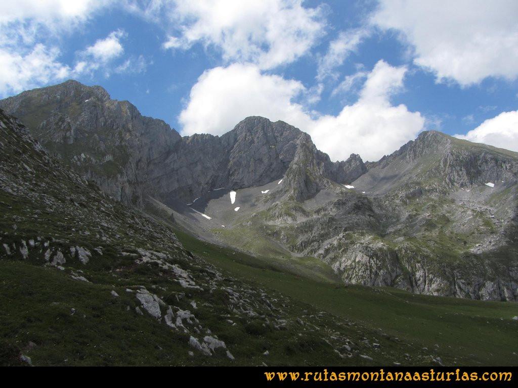 Ruta Tuiza Fariñentu Peña Chana: Vista de Tapinón y Siegalavá por su cara Norte
