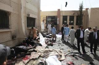 La explosión produjo una carnicería frente a la sala de urgencias del hospital civil de Quetta cuando un atacante suicida hizo detonar ocho kilos de explosivos en la entrada de emergencias del hospital, adonde poco antes había sido llevado el presidente de la Asociación de Abogados de Baluchistán, Bilal Anwar Kasi, asesinado a tiros en horas de la mañana.