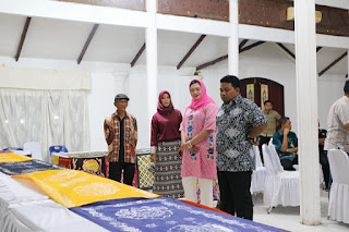 Bapak Walikota Tanjungbalai beserta dengan istri nya melihat hasil dari kerjinan membatik khas dari kota tanjungbalai