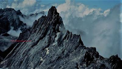 Gunung Yaramamafaka tertinggi di Indonesia