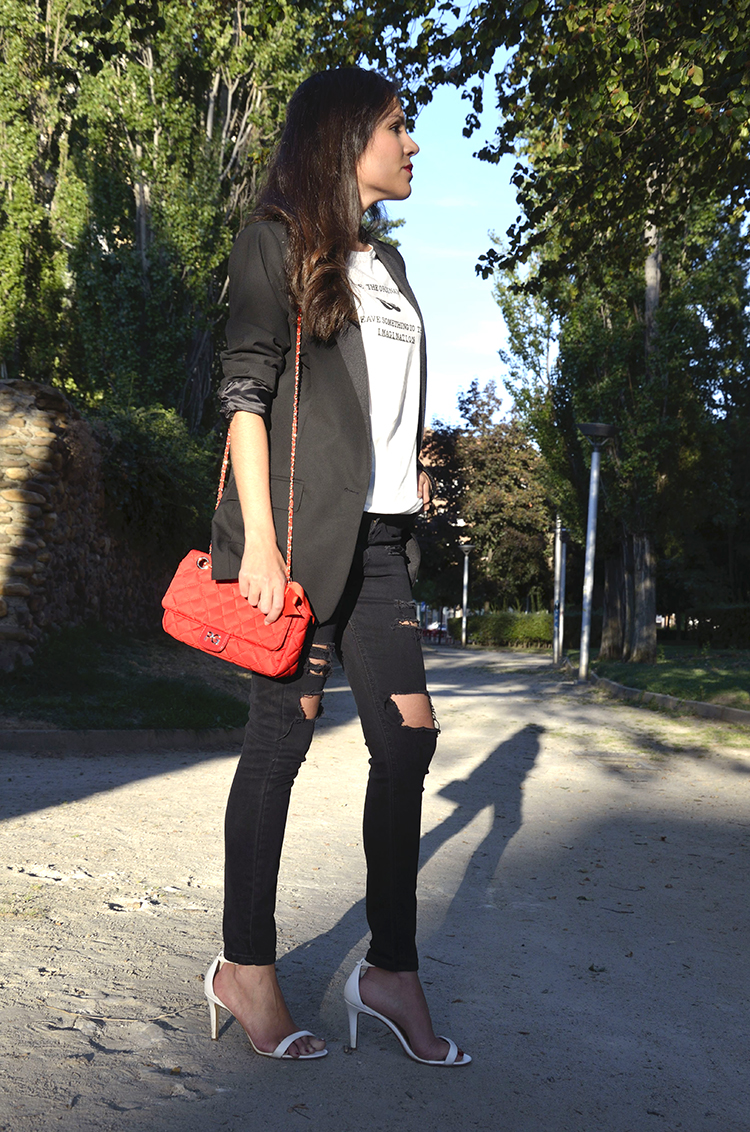 look-black-outfit-blogger-blazer-ripped-jeans-sandals