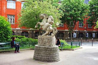 Paris : Cheval Cabré, une sculpture de Camilo Otero - place Lucien Herr - Vème