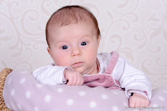 portrait bébé éveillé yeux bleus shooting studio vendée