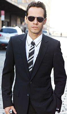 Foto de Marc Anthony con saco y corbata
