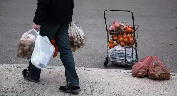 Νέο «χαράτσι» στις πλαστικές σακούλες: Στο στόχαστρο περίπτερα και λαϊκές αγορές