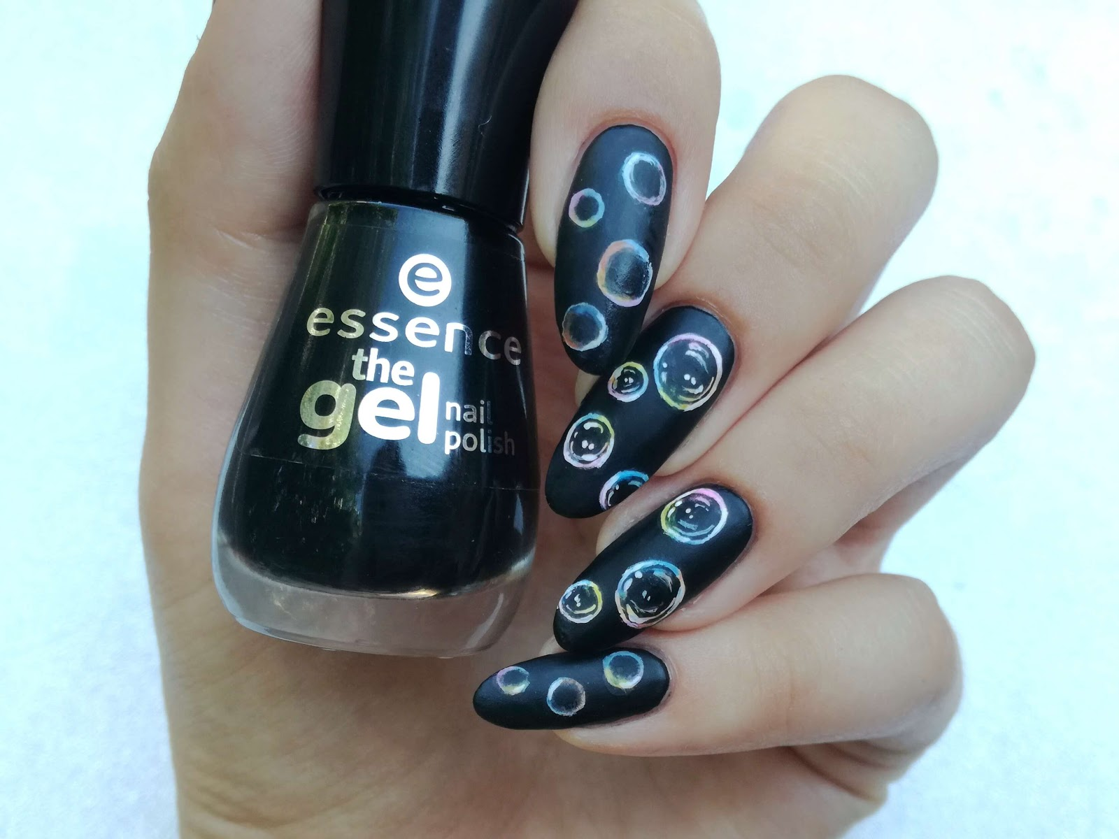 czarne paznokcie