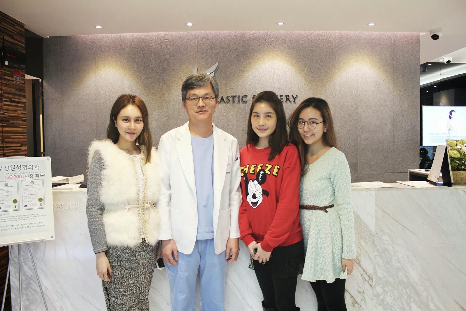 Chụp ảnh lưu niệm với bác sĩ Man Koon Suh