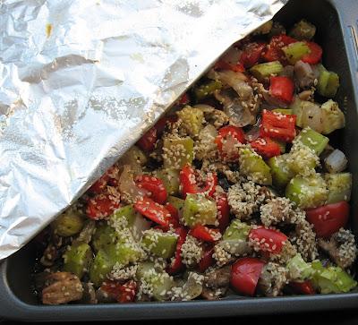 Запеченные шампиньоны и овощи с кунжутом
