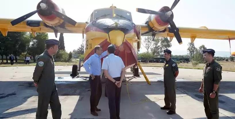 Μητσοτάκης στη βάση των αρχαίων καναντέρ: Προτεραιότητα η επισκευή και συντήρηση των αεροσκαφών μας