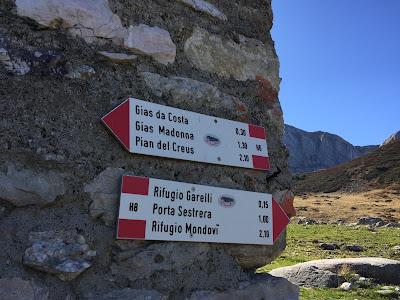 Signs at Gias soprano di Sestrera, just below Garelli.