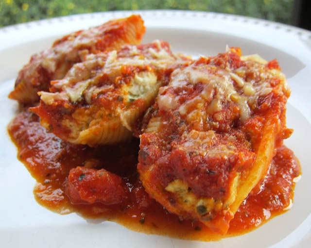 Chicken and Pesto Stuffed Shells - quick and easy weeknight meal. Can make ahead and freezer for later! Jumbo pasta shells stuffed with chicken, ricotta, pesto, mozzarella, garlic, basil. Topped with jarred spaghetti sauce and mozzarella. The whole family LOVES this pasta casserole! #freezermeal #pasta #pastacasserole #casserole