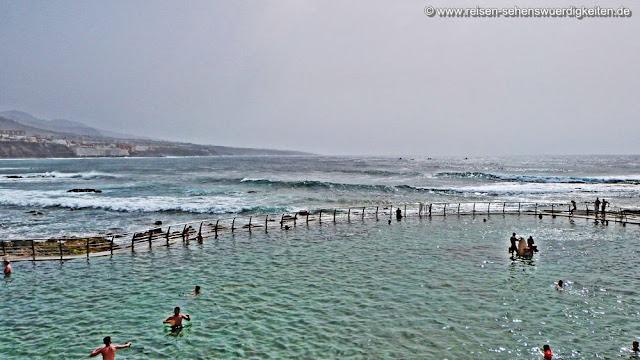 Baden im Atlantik Meerwasserbecken in Punta de Hidalgo auf Teneriffa