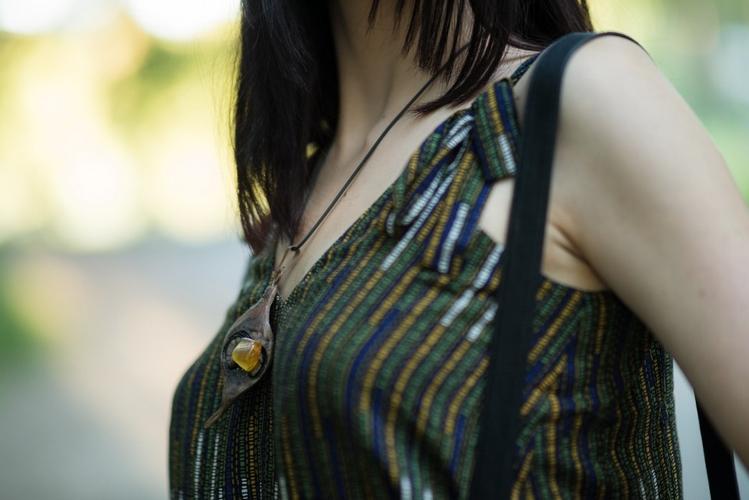 biżuteria etno | rękodzieło artystyczne | drewniany wisior z bursztynem | biżuteria nadmorska
