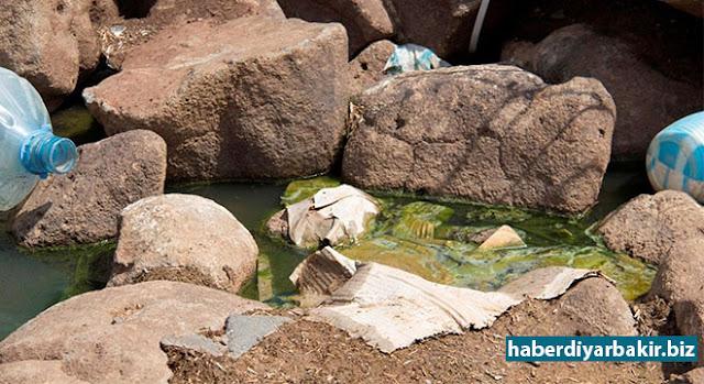 DİYARBAKIR-Diyarbakır'ın Kayapınar ilçesi Yolboyu Pirinçlik Mahallesi'nde altyapı ve su sıkıntısı yaşayan halk, pis suyun karıştığı kuyu suyunu içmek zorunda kaldıklarını dile getirdiler.