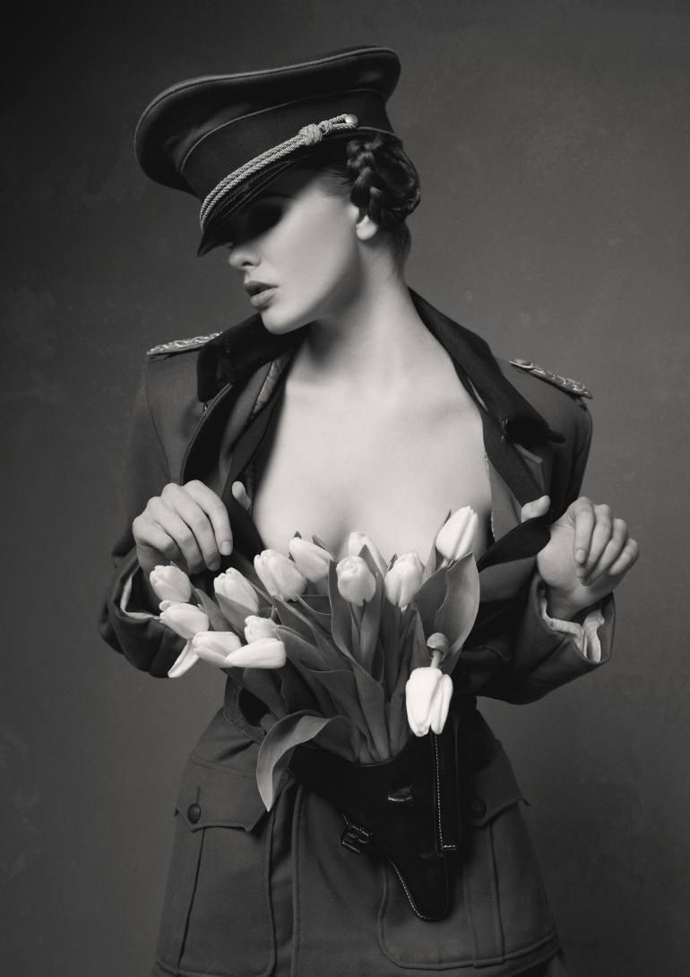 черно белое фото девушек в военной форме - 8