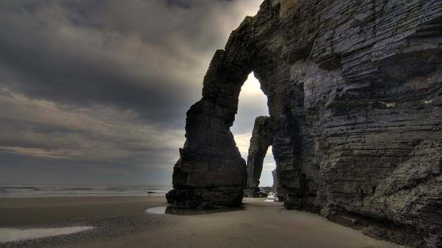 foto gerbang katedral saat mendung di Catherdral Beach