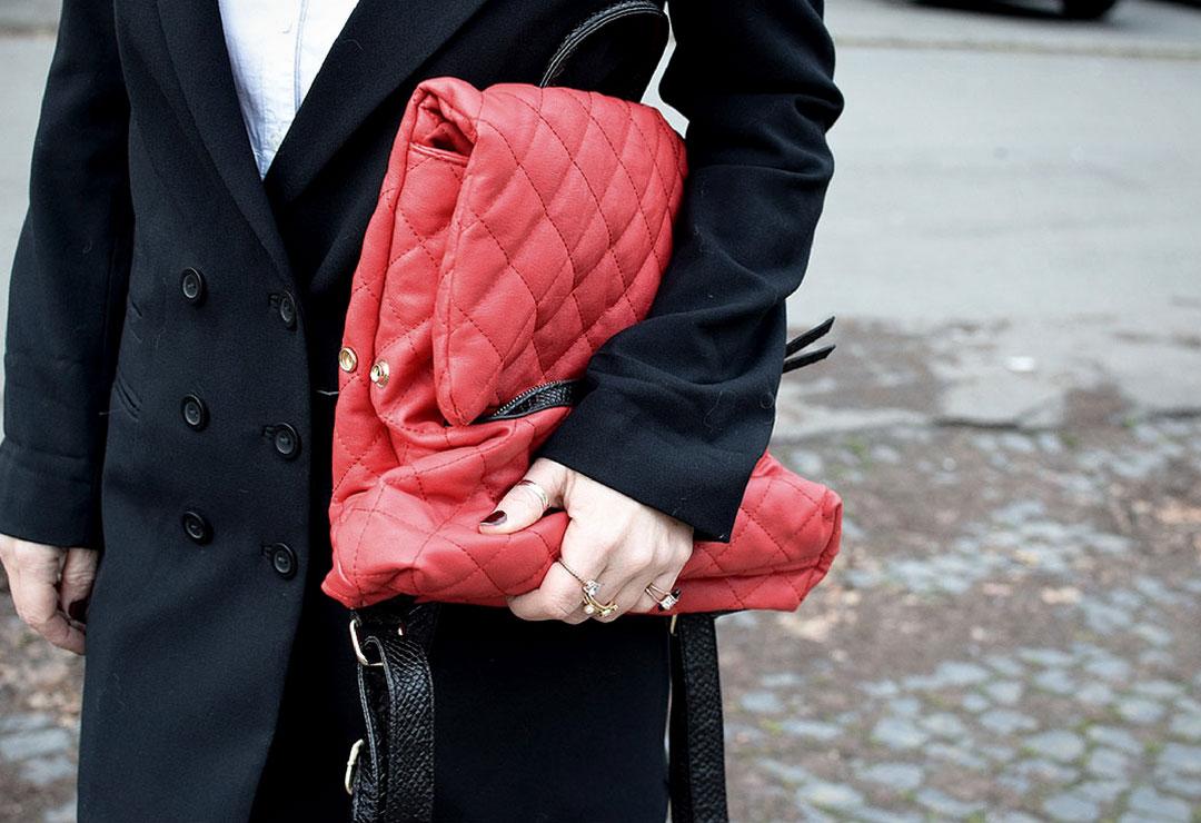 Roter Stepp Rucksack, Look mit roten Overknees