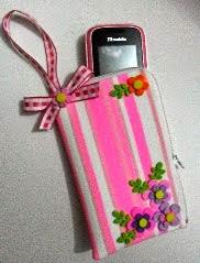 http://translate.google.es/translate?hl=es&sl=pt&tl=es&u=http%3A%2F%2Fwww.sinimbu.com.br%2Farea_artesao%2Fveja-como-fazer-um-porta-celular-decorado-com-fitas-sinimbu%2F