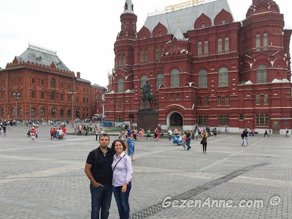 Kızıl meydanda tarih müzesi önünde eşimle, Moskova