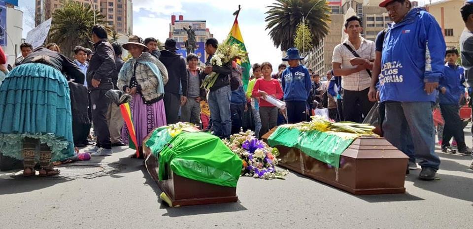 Los cuerpos de ambos abatidos fueron cargados por todo el eje central de La Paz / TONNY LÓPEZ