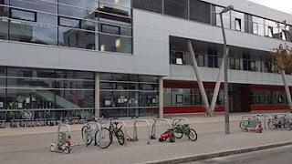 bicis delante de escuela