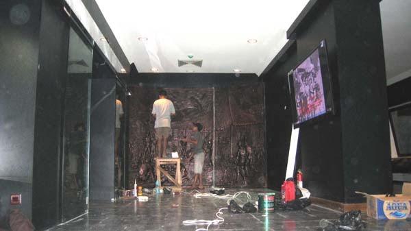 proses pemasangan relief dinding