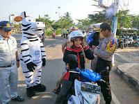 Berakhirnya Ops Patuh 2018, Sat Lantas Polres Lampung Utara Bagi-Bagi Helm dan Pengobatan Gratis