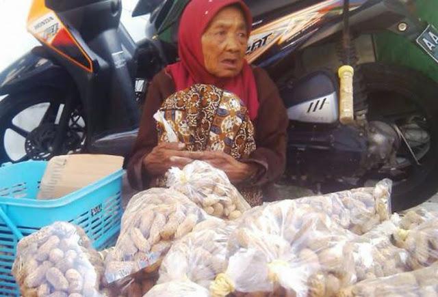 Mbah Tumirah Tetap Gigih Berjualan Kacang di Stasiun Tugu Yogyakarta