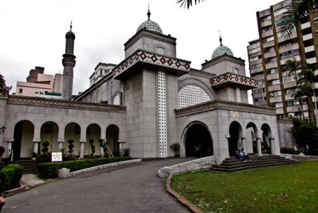 Masjid adalah pusat kegiatan komunitas dan membicarakan berbagai hal