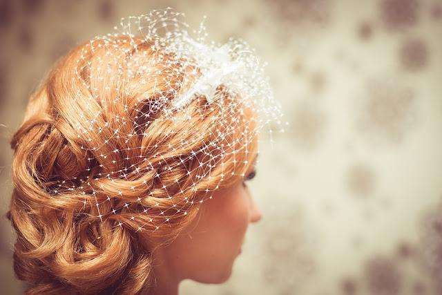 Imagem mostra perfil de noiva com grinalda