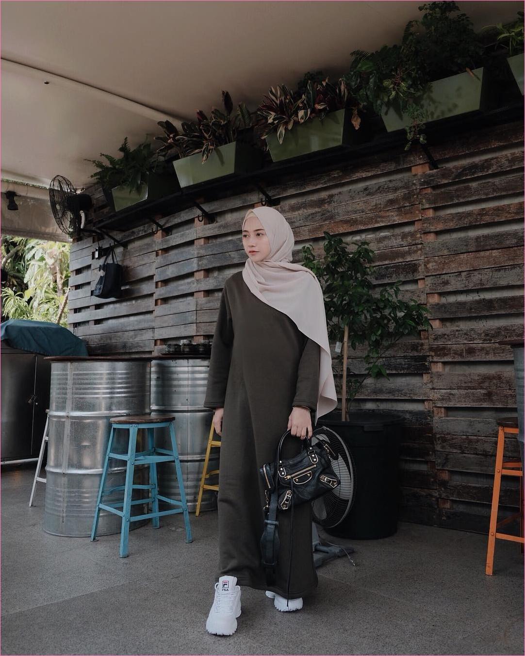 Outfit Kerudung Pashmina Ala Selebgram 2018_hijab_pashmina diamond krem_ciput rajut_baju abaya hijau army_kets_sneakers putih_handbags hitam_trendy_kekinian_ootd_legging_kipas angin_pohon_tembok kayu_kursi kayu