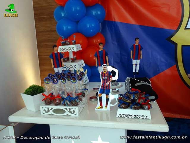 Mesa decorativa para o bolo de aniversário com o tema de Barcelona