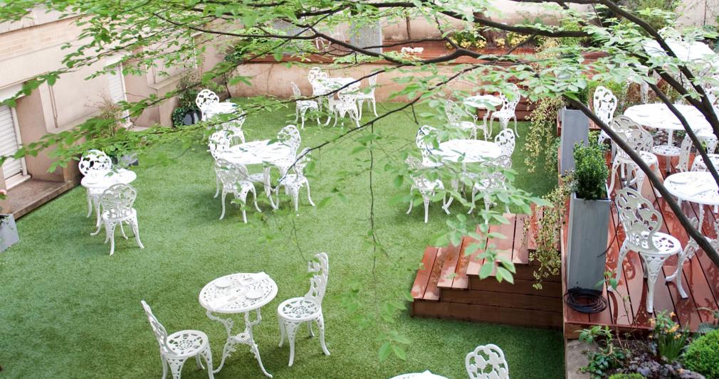 cf6bd9bb930965 Un jardin parisien extraordinaire niché derrière un nouveau restaurant  épatant   Les Climats.