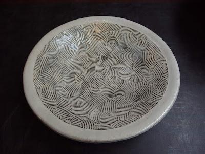 三つ足土物19㎝皿 象嵌が施されたお皿  #陶器 #皿 #象嵌