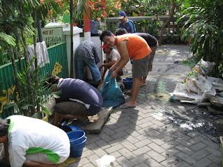 Bergotong royong membersihkan Saluran Air apabila hujan deras tiba tidak mengalami banjir