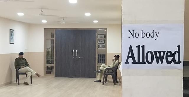 कांग्रेस भवन पर लगा 'नोबडी एलाउड' का पोस्टर   POLITICAL NEWS