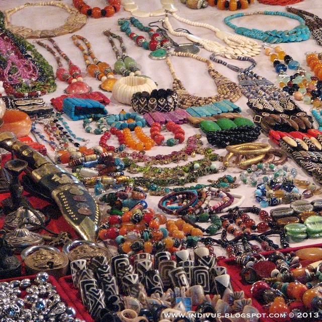 Koruja myytävänä Mackies Saturday Night Bazaarissa Goan Arporassa