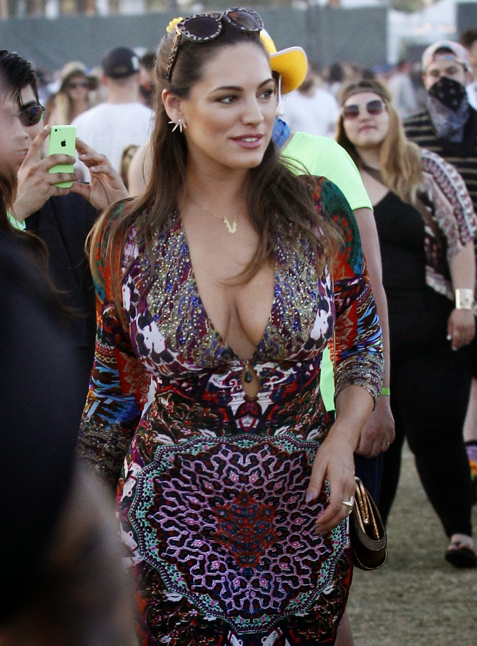 Kelly Brook's Epic Cleavage Show