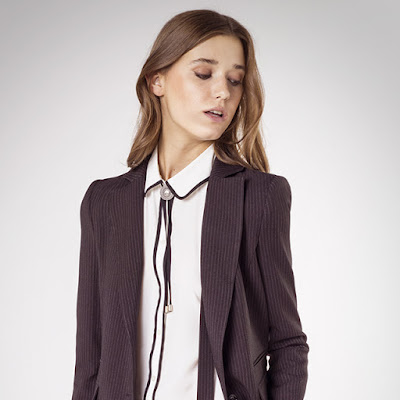 Modella vestita con giacca maschile