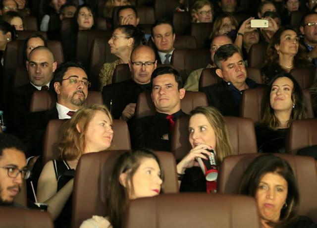"""O juiz federal Sergio Moro e outros personagens centrais da Operação Lava Jato acompanham nesta segunda-feira (28), em Curitiba, a pré-estreia do filme """"Polícia Federal: a Lei é para Todos""""."""