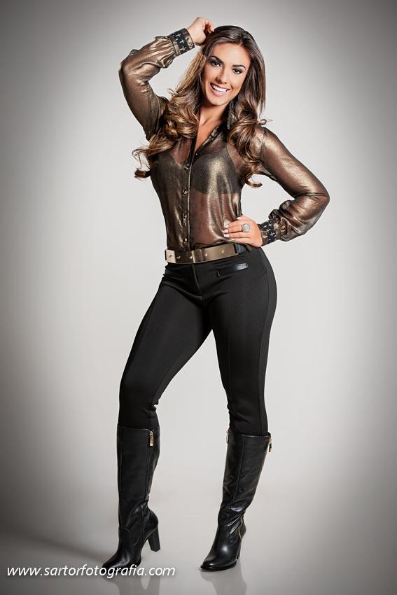 7a99bc250 Nicole Bahls posa com look curtinho e decotado para grife de roupas ...