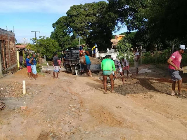 Cansados de esperar pela prefeitura de Entre Rios, moradores fazem operação tapa-buraco, em Massarandupió