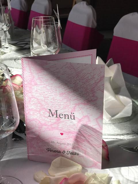 Menükarten Reise ins Glück die Kartenmacherei Pink travel themed wedding - Reise ins Glück Hochzeitsmotto im Riessersee Hotel Garmisch-Partenkirchen, Bayern Sommerhochzeit im Seehaus in den Bergen, Hochzeitsplanerin Uschi Glas