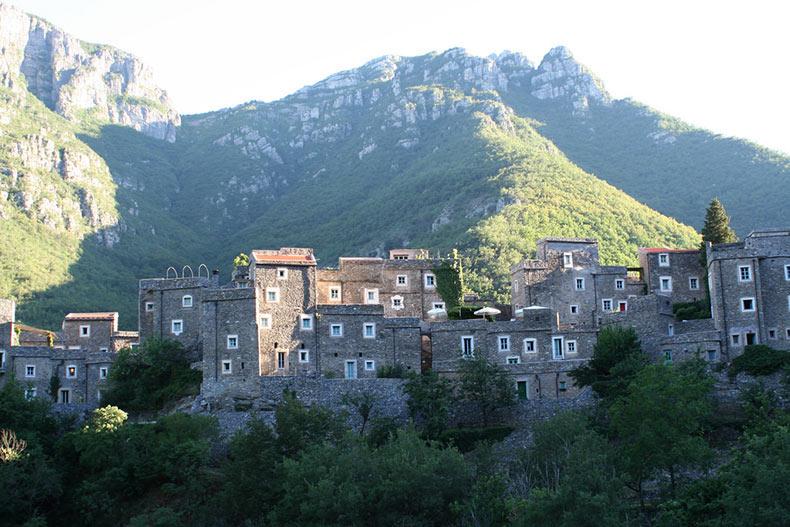Colletta di Castelbianco, un moderno pueblo de piedra | Italia