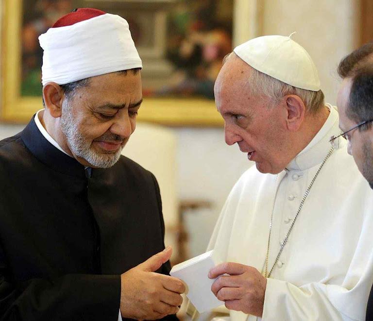 """O Papa Francisco recebe ao  grande imam Ahmed al Tayeb no Vaticano. 3.600 ex-muçulmanos deploram a """"islamofilia na Igreja, da qual o Papa é um destacado expoente"""""""